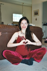 Tali makes heart hand gesture in 2004, while pregnant with second daughter